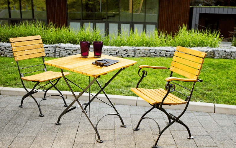 <p>Outdoor Furniture – Metal & Wooden Dining Collection – Oxford Chair & Table.</p> <p> </p> <p>Oxford Furniture Chair with black aluminium frame with Classico Square Table.</p> <p> </p> <p>Ideally suited for either indoor or outdoor relaxed dining location or more intimate café bistro al fresco area</p>