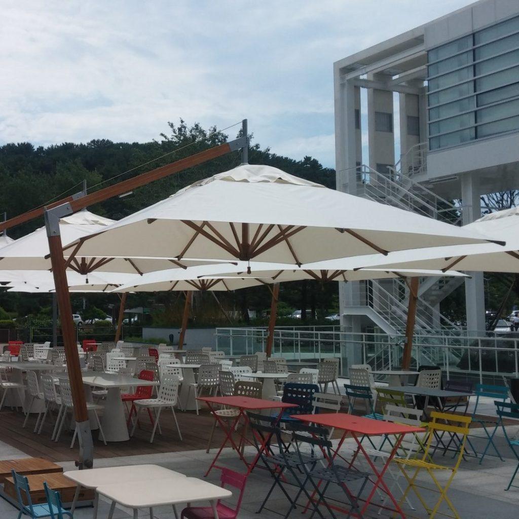 Parasols Cantilever Capri – Commercial Umbrella Shade Cover – Hotel Café Terrace