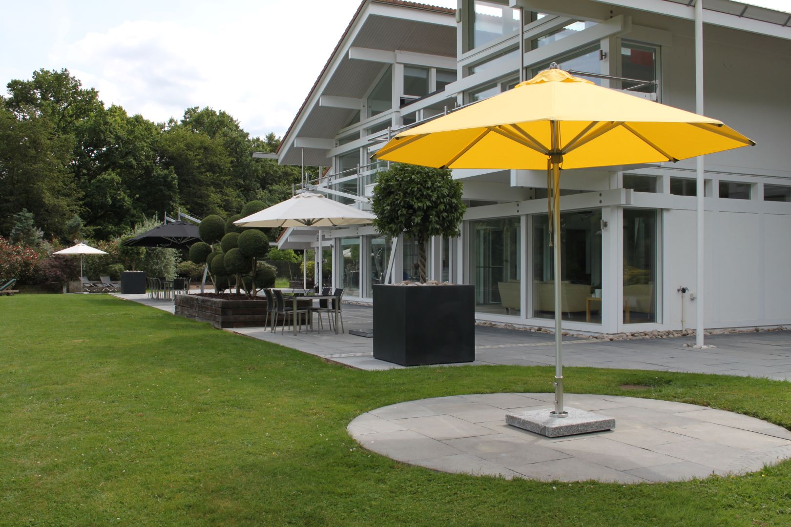 <p>Parasols Pacific – Aluminium Centre Pole – Hotel Outdoor Restaurant Terrace Shade Cover</p> <p></p> <p>Premium, stylish, and beautiful aluminium centre pole commercial parasol offering the ideal shade solution providing comfort and protection from the environmental conditions be it blazing hot sunshine or pouring rain.</p> <p></p> <p>Suitable for both commercial and residential settings enabling customers to experience a continental atmosphere</p>
